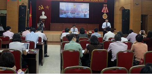 Buổi họp báo về xây dựng quy định khi sử dụng điện thoại cho học sinh